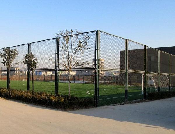 防护网厂家:球场外围防护网的组装方法