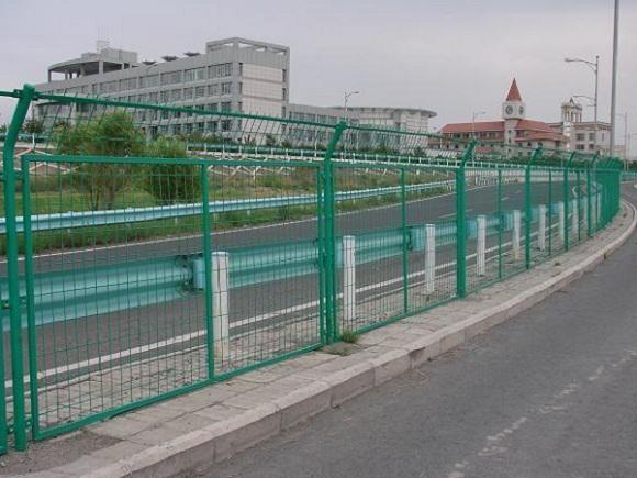 防护网厂家讲高速公路护栏网如何增加强度